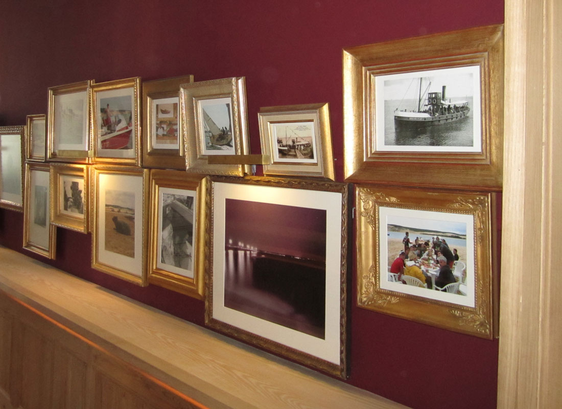 Mur-de-cadres-2,-bar-café,-sud-ouest,-France