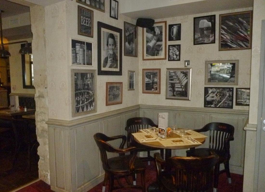 Mur-de-cadres,-brasserie,-Laval,-France
